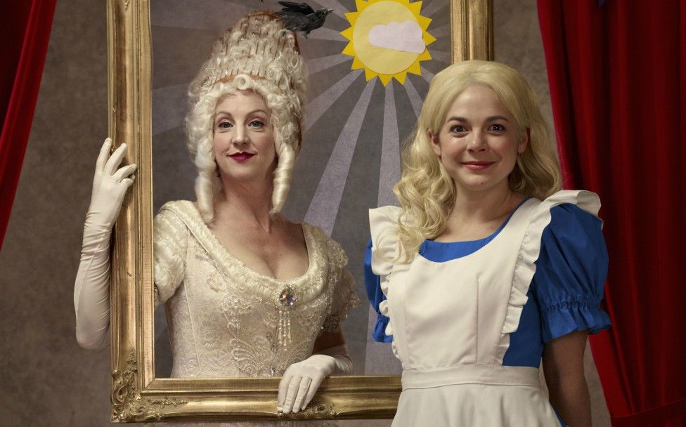 Alice Through the Looking-Glass.Lois Anderson incarnant la Reine Blanche, et Natasha Greenblatt en Alice.