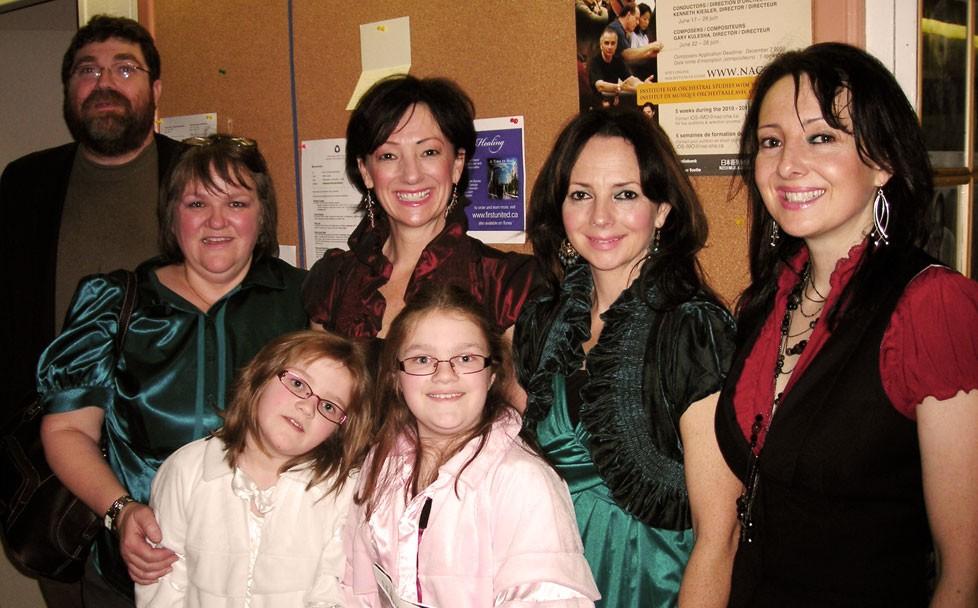 De gauche à droite : John, Janice, Nicole et Sophie Pilgrim avec des membres du groupe Leahy dans les coulisses du CNA, le 19 décembre 2009.
