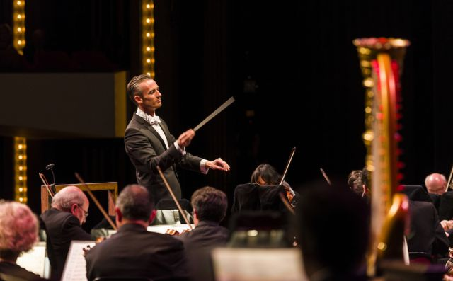 Alexander Shelley conducts the NAC Orchestra | Fred Cattroll