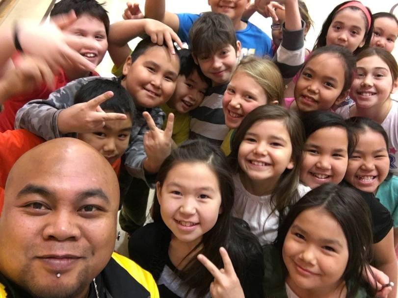 Godson avec des élèves à Rankin Inlet, Nunavut