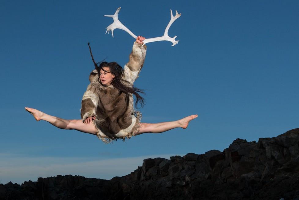 Tiffany Ayalik est l'une des nombreuses artistes du Nord œuvrant pour la réalisation du projet Qaggiq.