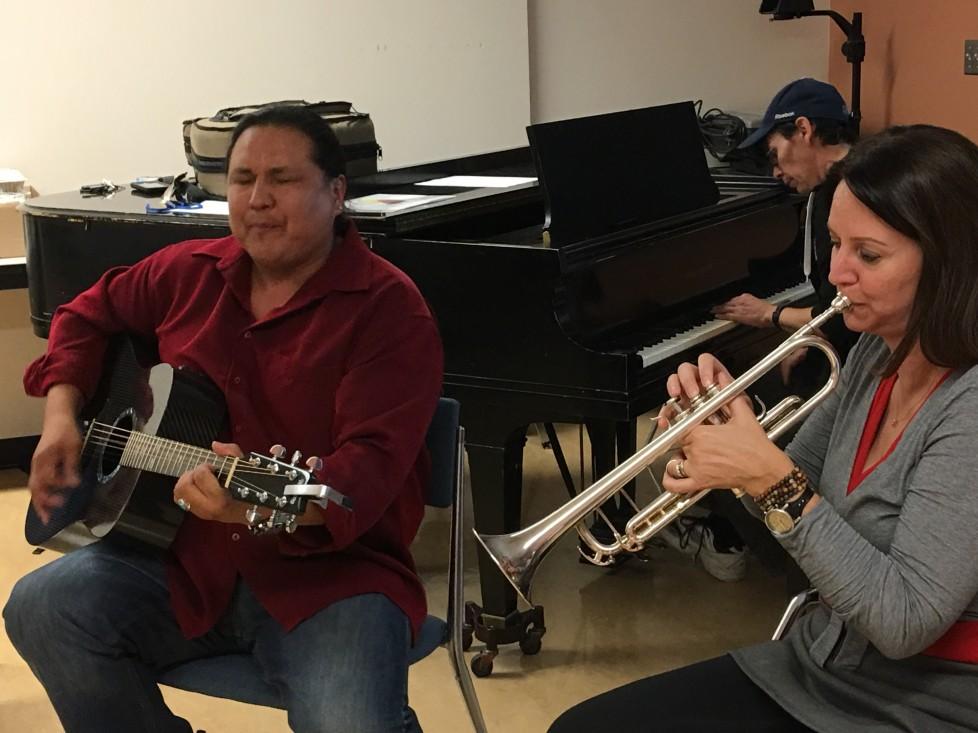Les artistes enseignants Walter MacDonald White Bear, Samantha Whelan Kotkas, et Andrew Balfour jamment lors d'un atelier collaboratif à Edmonton.