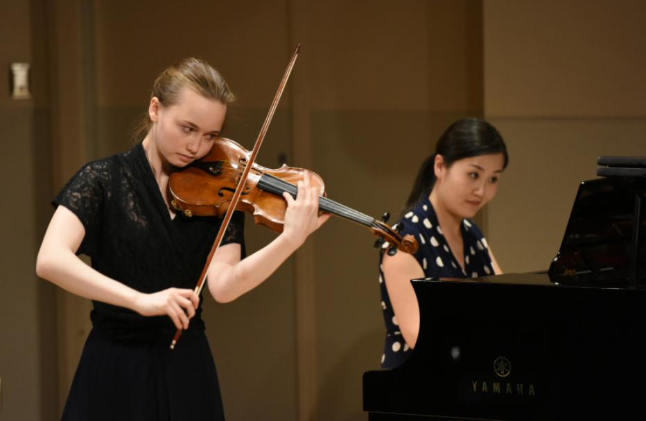 Elaine Menzel, participante au Programme des jeunes artistes, en prestation lors d'un concert Œuvres à l'étude avec la pianiste Jing Yang