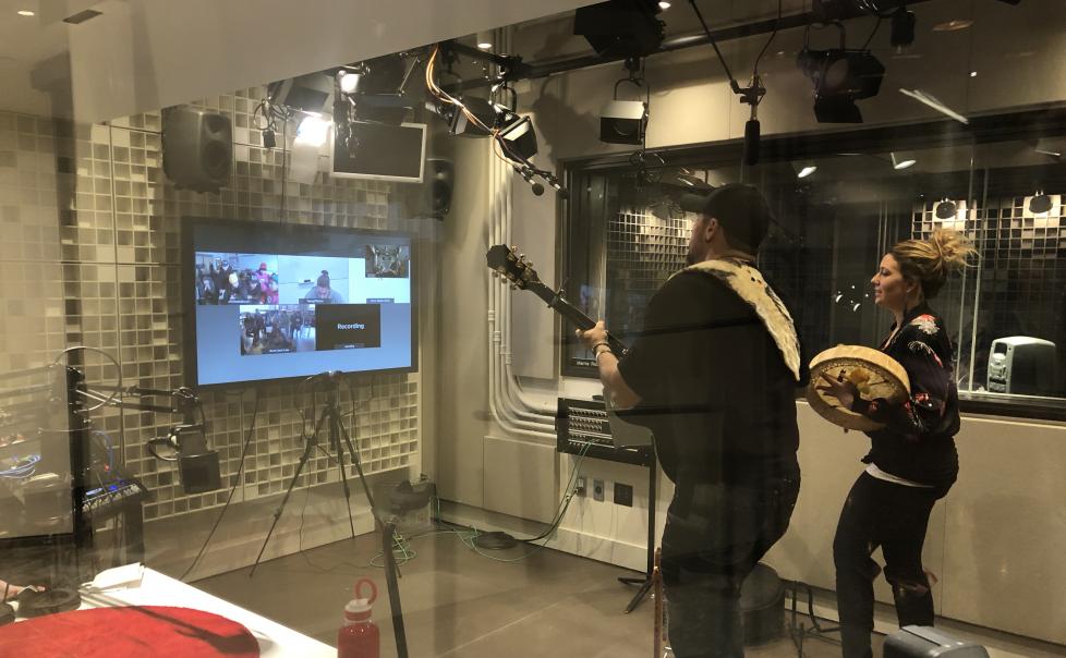 Le duo de musique folk autochtone, Twin Flames, en prestation devant des élèves de North Spirit Lake, Ontario, Cape Dorset, Nunavut, et Arviat, Nunavut