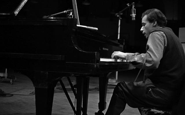 Glenn Gould playing CD 318   Photo: Don Hunstein © Sony Music Entertainment