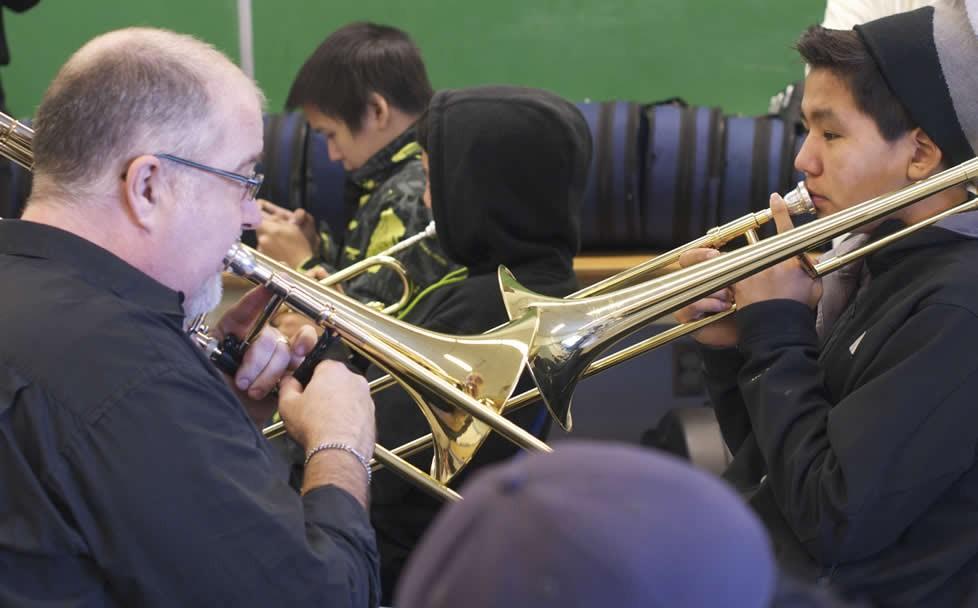 3. Vive la musique – Nunavut (Colin Traquair avec un étudiant au Nunavut)