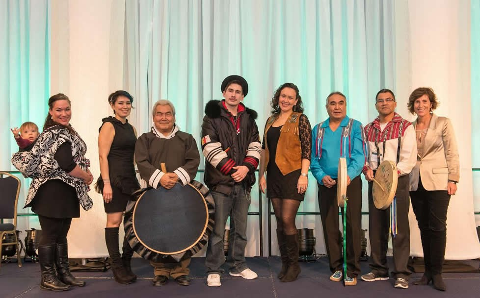 Sylvia Cloutier (avec son fils Inuapik) et Beatrice Deer, David Serkoak, Nelson Tagoona, l'auteure-compositrice-interprète Leela Gilday, Walter Landry, Joseph Nayally de Dehcho Drummers, et Heather Moore.