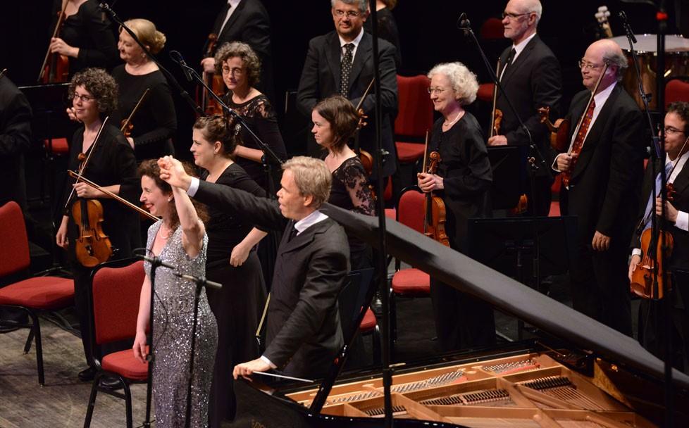After taking their bows onstage, Angela Hewitt, La pianiste canadienne Angela Hewitt salue une salle comble au Centre national des Arts lors de l'enregistrement en direct d'un CD sur deux représentations. « C'est ici ch
