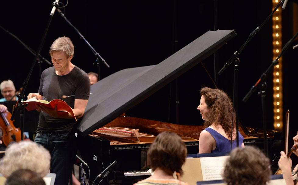 Réaction d'Angela Hewitt au généreux sens de l'humour du chef d'orchestre finlandais Hannu Lintu durant une répétition avant l'enregistrement en concert.