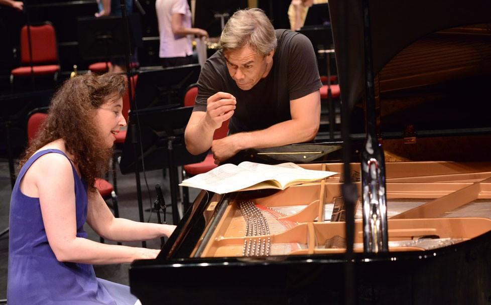 Durant l'enregistrement du CD sur deux représentations au Centre national des Arts, les spectateurs ont pris plaisir à observer la communication furtive entre la pianiste étoile canadienne Angela Hewitt et le chef d'o