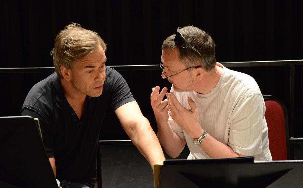 Hannu Lintu consulte le basson solo de l'Orchestre du CNA Christopher Millard sur l'interprétation de la partition de Mozart. La définition des sonorités de ce nouveau CD de l'Orchestre du CNA a suscité d