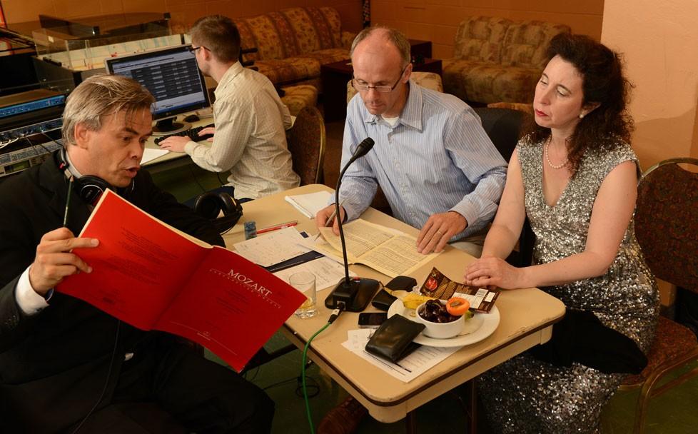 Sitôt après avoir salué le public, Angela Hewitt, le chef d'orchestre Hannu Lintu et le producteur Ludger Böckenhoff se sont précipités pour aller écouter l'enregistrement. Leur excitation &am